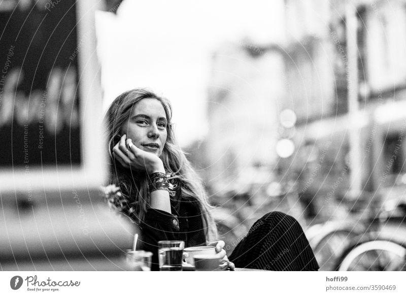 die junge Frau schaut entspannt und freudig dem Kommenden entgehen Junge Frau Frauengesicht unscharfer Hintergrund 18-30 Jahre Erwachsene Haarsträhne Mensch