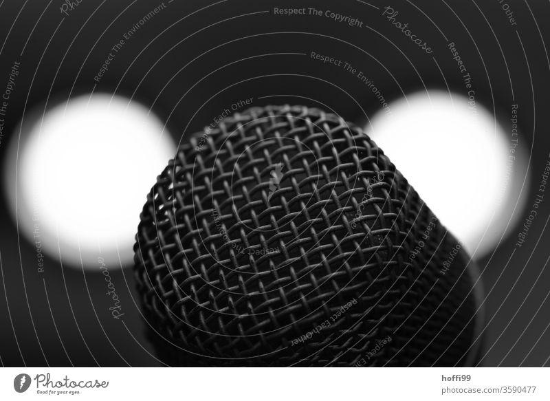 Mikrofon - nah dran Gesang Konzert Musik Bühne Bühnenbeleuchtung Club Klang Künstler Band Mikrofonständer Veranstaltung Musiker Show Innenaufnahme Disco Kultur