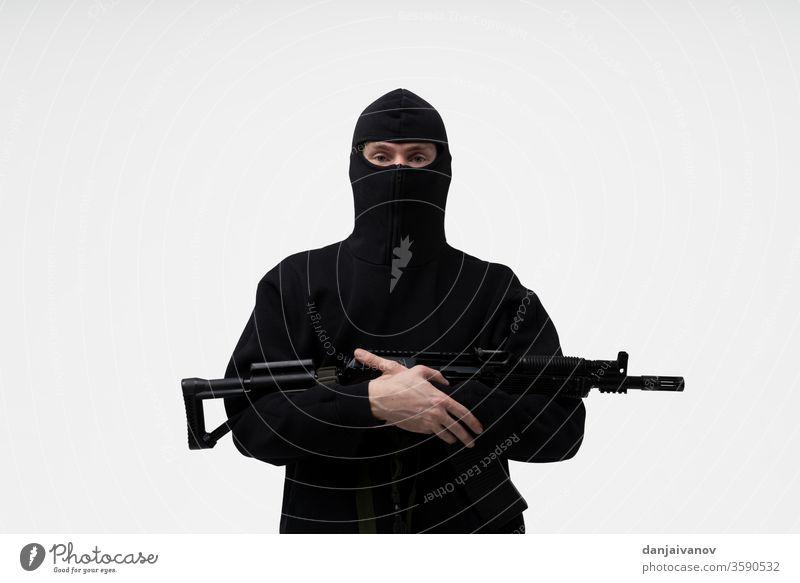 Polizeibeamter der Spezialeinheiten in schwarzer Uniform isoliert auf weiß bewaffnet Panzerung Hintergrund Bandit Körper Abfertigungsschalter Durchsetzung Gerät