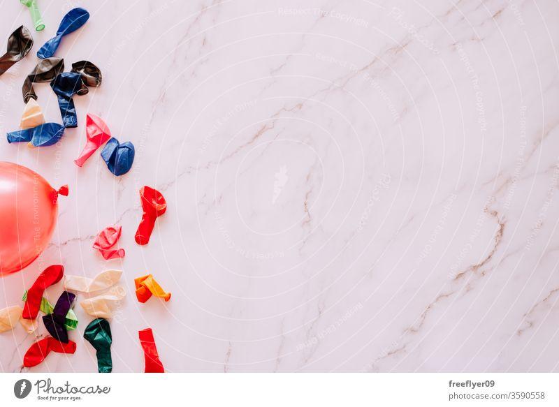 Flache Lage von entleerten Wasserballons vor einem Marmorhintergrund Wasserbomben Ballons Sommer Freizeit Spiele flache Verlegung Flachlegung Textfreiraum
