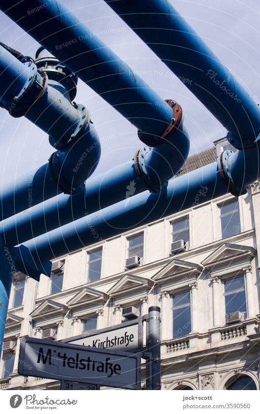 blaue Röhren quer über der Mittelstraße Fassade Fenster Klimaanlage Architektur Rohrleitung Eisenrohr Symmetrie Zahn der Zeit Konstruktion verwittert