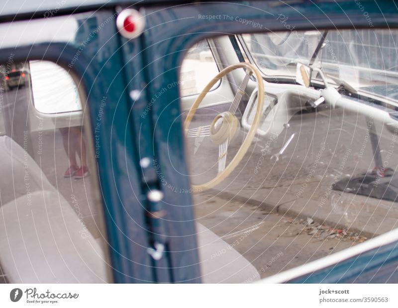 Oldtimer wartet auf seinen neuen Einsatz im Großstadtdschungel retro Nostalgie PKW Design Stil innenraum Lenkrad Autoscheibe Reflexion & Spiegelung