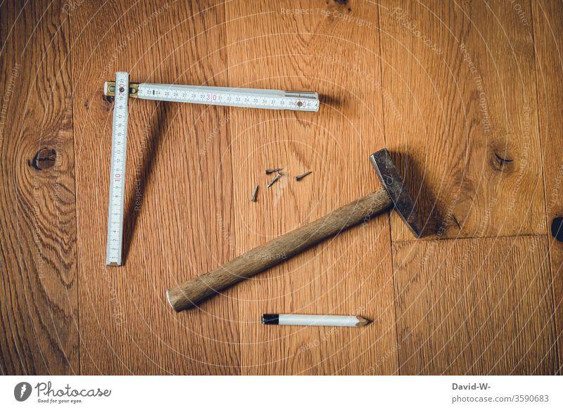 Werkzeug - Heimwerken Hammer Zollstock Nägel Bleistift planen bauen Holzboden holz parkettboden zu hause Baumarkt Handwerk Nagel heimwerken