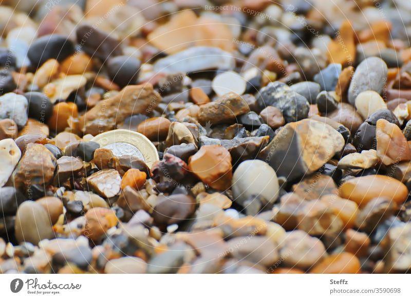 nicht gesucht und doch gefunden Steine Münze versteckt Fundstück Steinstrand viele viele Steine Geld Geldmünzen finden Schatz beige braun orange warme Farben