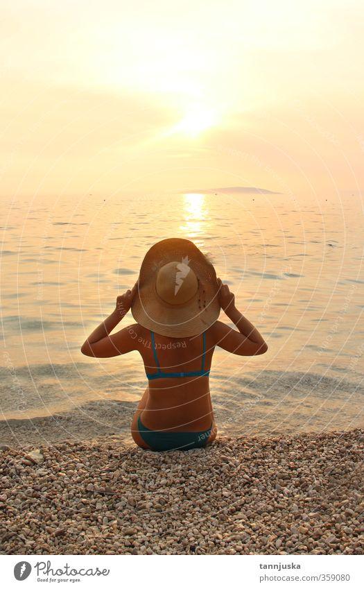 Junge Frau genießt den Sonnenuntergang am Meer schön Körper Ferien & Urlaub & Reisen Tourismus Sommer Strand Berge u. Gebirge Erwachsene Natur Landschaft Himmel