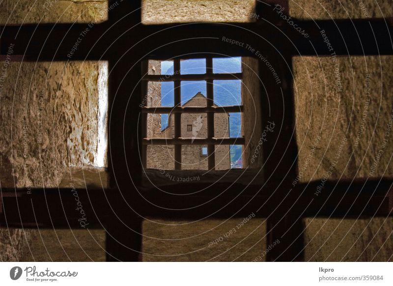 ein paar Gitter in einer Zelle des Schlosses von Glocke Architektur Kultur Burg oder Schloss historisch blau schwarz Platzangst lkpro castello Bellinzona grata