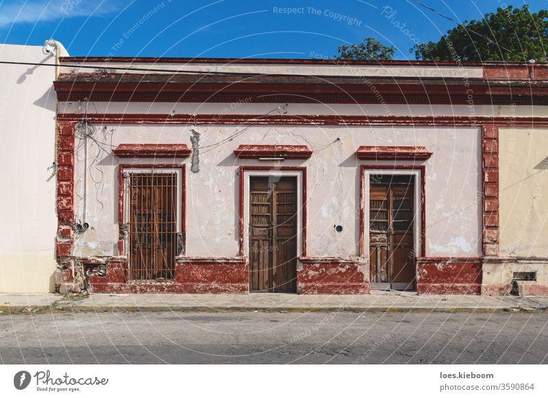 Fassade eines typischen mexikanischen Kolonialgebäudes mit Holztüren in Merida, Yucatan, Mexiko kolonial Gebäude Tourismus Mérida Straße farbenfroh Architektur