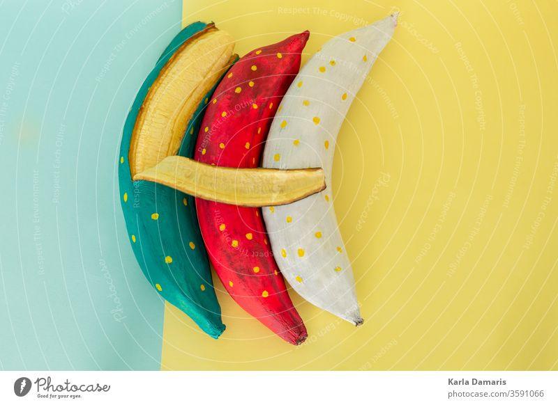 blaue Bananenschale mit Bananenstücken auf blauem, flachem Hintergrund Kunst künstlerisch attraktiv schön Karton Farben Zusammensetzung Konzept Paar Kreativität