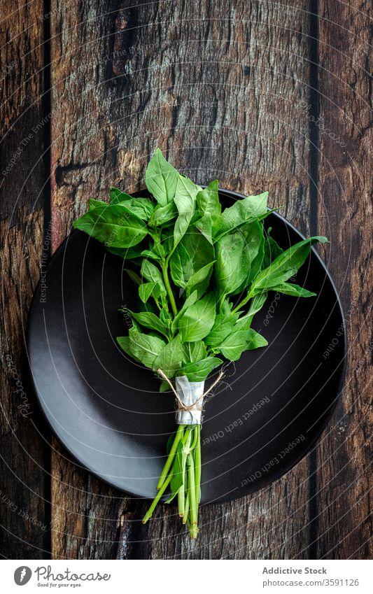 Frische Minze auf Holztisch Kraut frisch grün aromatisch Lebensmittel natürlich Gesundheit kulinarisch rustikal organisch Bestandteil Küche Aroma Pflanze