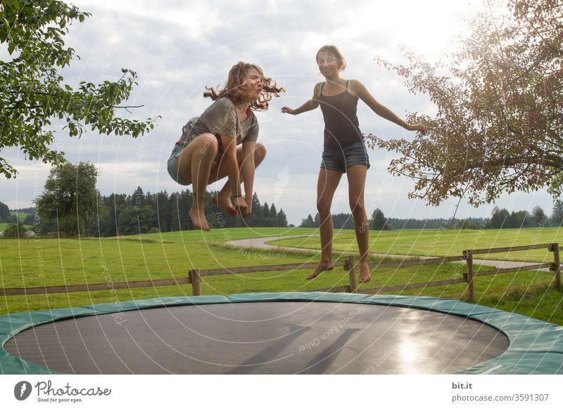 Sei kein Frosch... Kinder Mädchen Teenager Jugendliche Springen sprung Sprungkraft hüpfen Trampolin lustig witzig Spielen Sport sportlich springen Freude