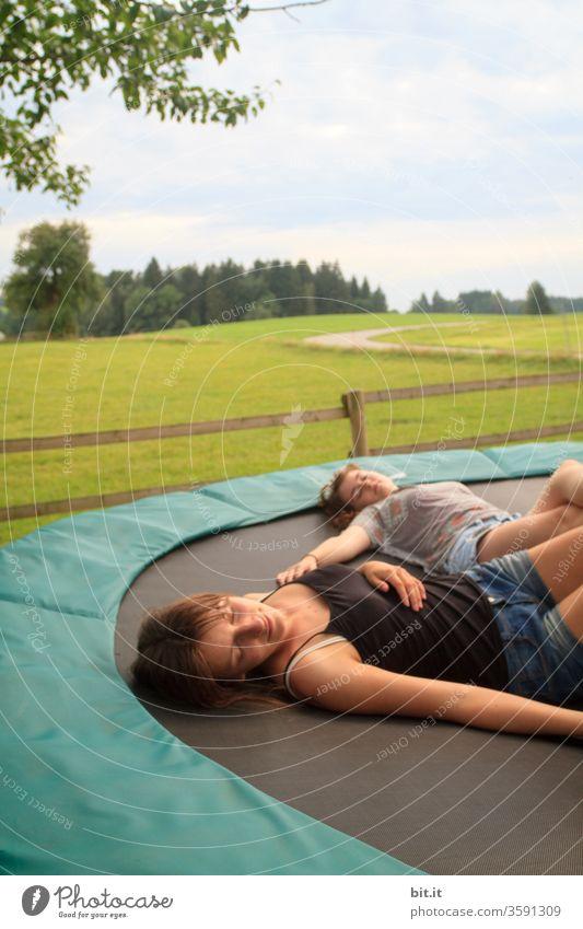 Entspannung Kinder Mädchen teenager Jugendliche liegen schlafen ausruhen entspannend entspannung Pause Pause machen faulenzen chillig chillen Trampolin träumen