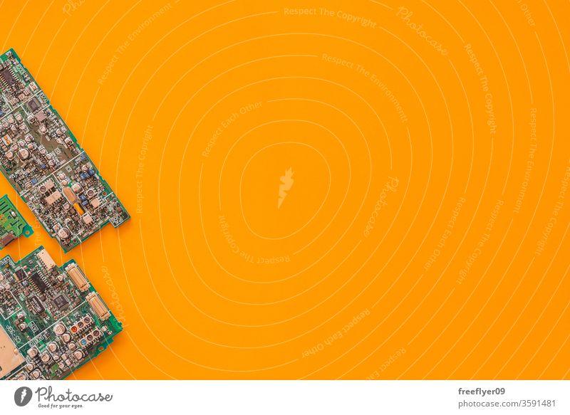 Flachlegung einiger Hauptplatinen vor gelbem Hintergrund Technik & Technologie Motherboard Prozessor Recycling absteigen Datenverarbeitung flache Verlegung