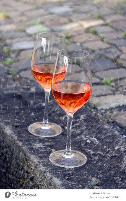 zwei gläser rosé rose roséwein rosewein weingläser weinglas getränk trinken aperitif rosado rosato draußen garten park picknick apero drink drinks sommer