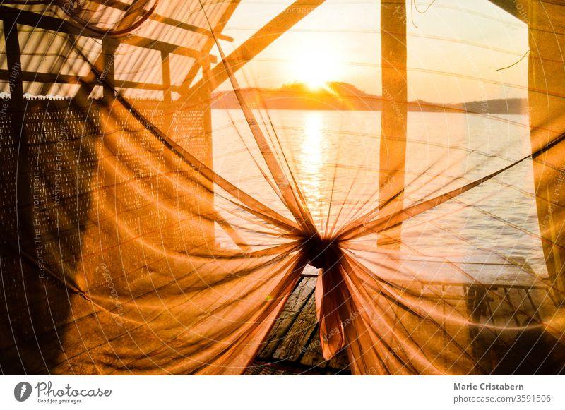 Sonnenuntergangslicht scheint durch ein seidenes Vordach in einem Sommerbungalow auf der Insel Koh Sdach oder auf King's Island in Kambodscha am Golf von Thailand