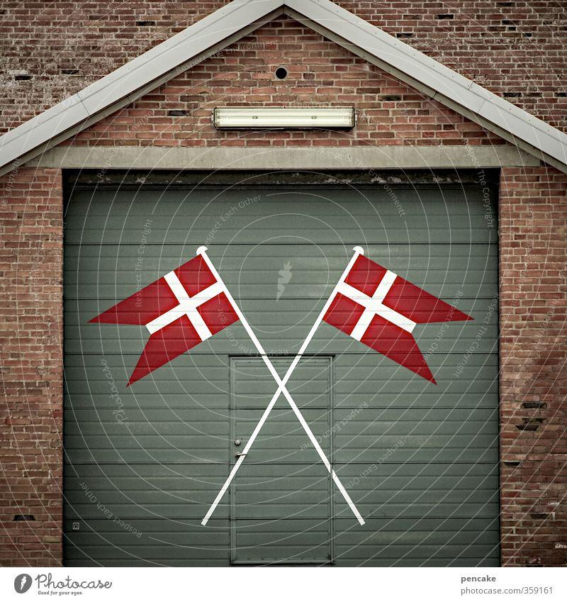 Rømø | Dannebrog grün weiß rot Gebäude Fassade Tür Sicherheit Zeichen Kultur Dorf Fahne Zusammenhalt zeigen Backstein Tor Stolz