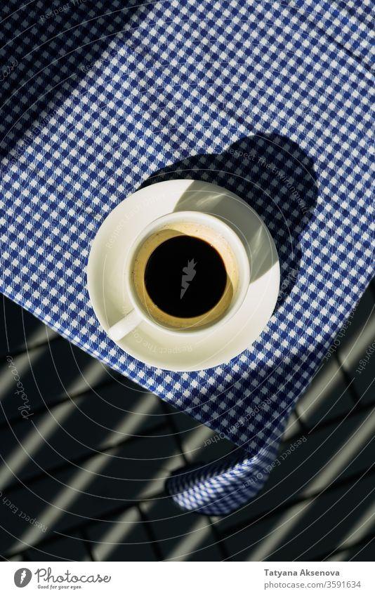 Tasse schwarzer Kaffee am Morgen auf dem Tisch Espresso Becher heimwärts blau Stoff Frühstück dunkel Keramik flache Verlegung Draufsicht oben trinken heiß