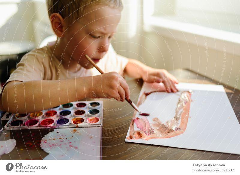 Kinder zeichnen sehr begeistert in Aquarell Zeichnung Junge Wasserfarbe Kunst heimwärts Morgen sonnig Kindheit Bildung Farbe kreativ wenig Kreativität