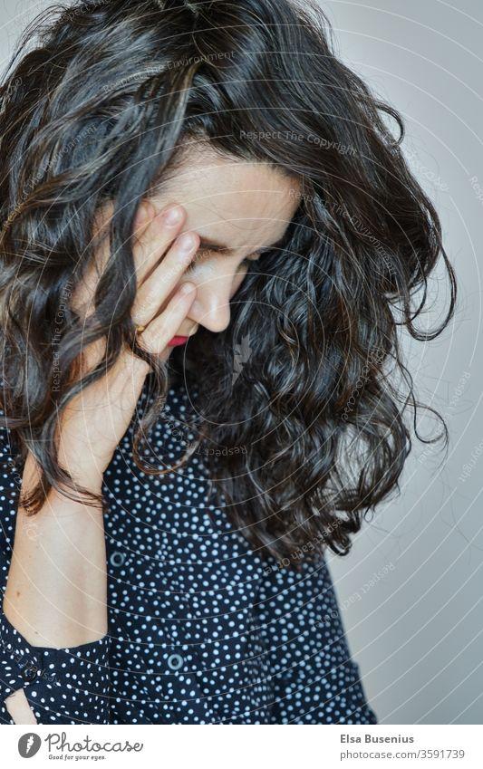Frau mit schwarzen Haaren Kontrast Studioaufnahme Farbfoto Scham Gefühle 30-45 Jahre Erwachsene feminin Mensch Junge Frau Mode schwarzhaarig langhaarig elegant
