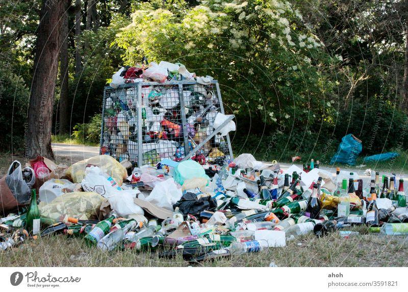 Müllberg im Park Abfall Grünflächen Müllentsorgung Gleichgültigkeit Abfallentsorgung öffentlicher Raum Mülltrennung achtlos Plastikverpackung Vermüllung