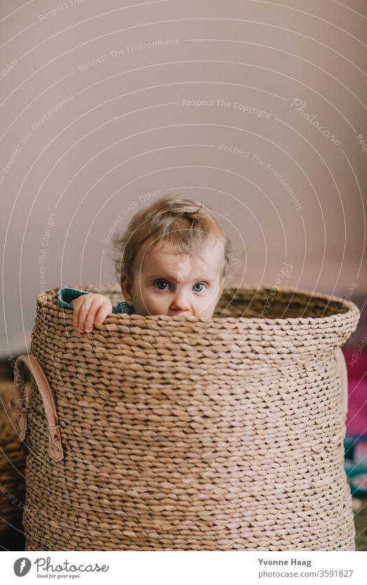 Babyblick aus einem Korb lachendes kind kleines kind kleiner Junge kleines Mädchen strahlend versteckend Erholung Kindererziehung Kindheitserinnerung Stimmung