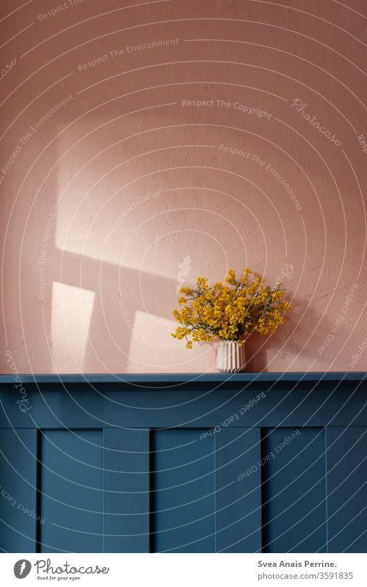 Hell - Dunkel Kontrast Wand wandfarbe Farbe natürliches Licht Raumausstattung rosa Leben wohnen Innenaufnahme Design gelb Holz holzverkleidung Blumenstrauß Vase