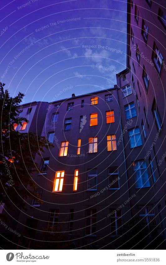 Hinterhof an einem Frühsommerabend altbau außen brandmauer dunkel dunkelheit fassade fenster haus himmel himmelblau hinterhaus hinterhof innenhof innenstadt