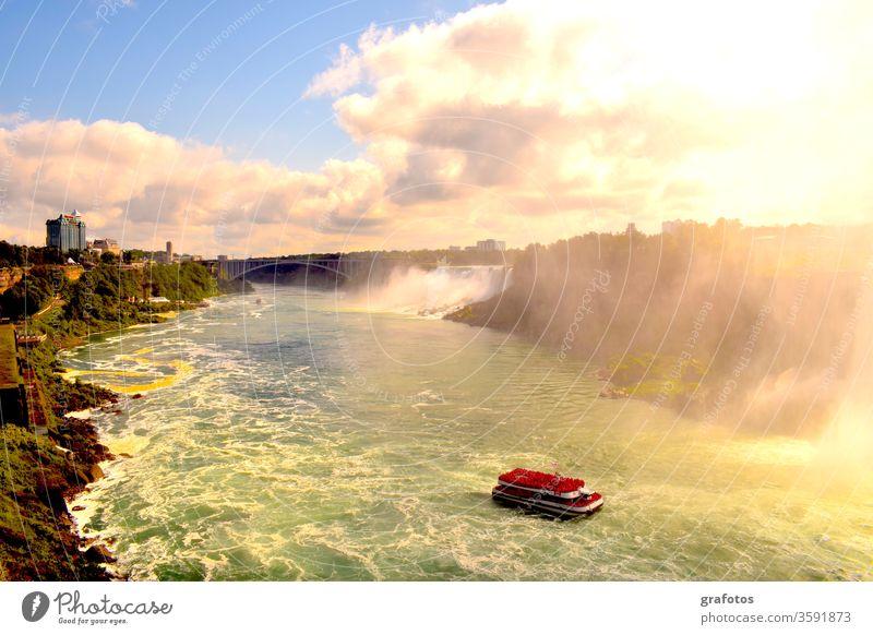 Niagara Falls And The Red Point Niagarafälle Gischt Wasserfall Wasserfälle Kanada USA Schlucht Fluss Rot Schiff Touristen Tourismus Sehenswürdigkeit Grenze