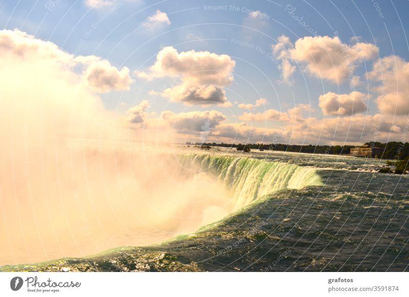 The Canadian Side Of Niagara Falls Niagarafälle Gischt Wasserfall Wasserfälle Kanada USA Schlucht Fluss Rot Schiff Touristen Tourismus Sehenswürdigkeit Grenze