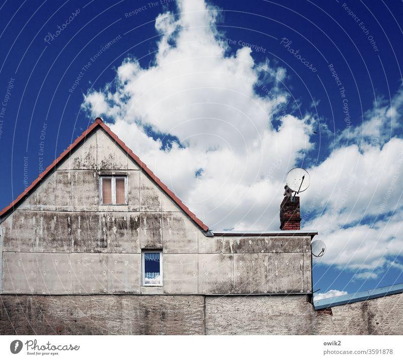 Auf Empfang Haus Wand Fenster Himmel blau Dachrinne Schornstein Menschenleer Gebäude Textfreiraum oben alt Architektur Altstadt Häusliches Leben Wohnung