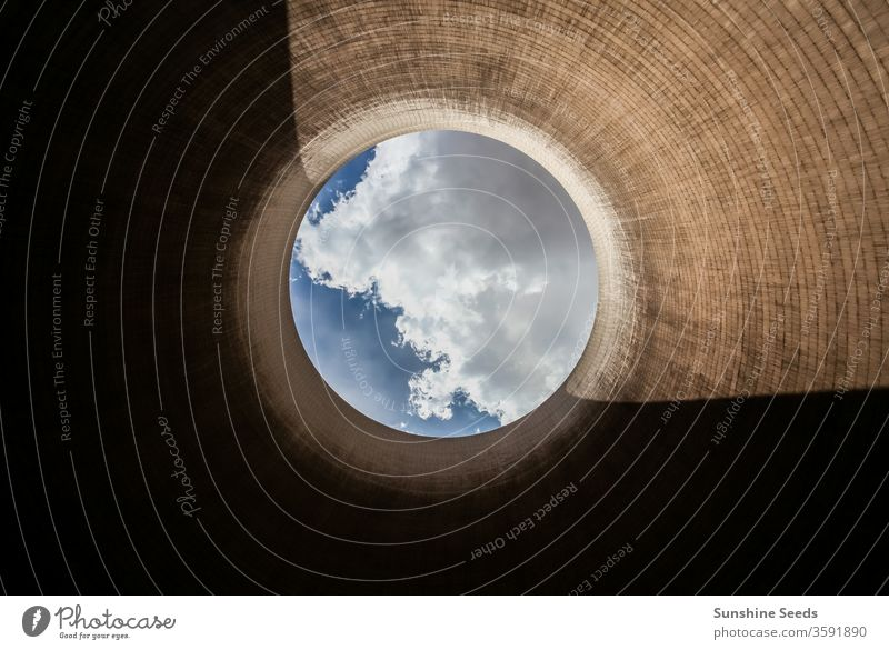 Blick auf einen Kühlturm eines Kohlekraftwerks Kraftwerk fossiler Brennstoff globale Erwärmung Turm Elektrizitätswerk Energie abstrakt Luftverschmutzung