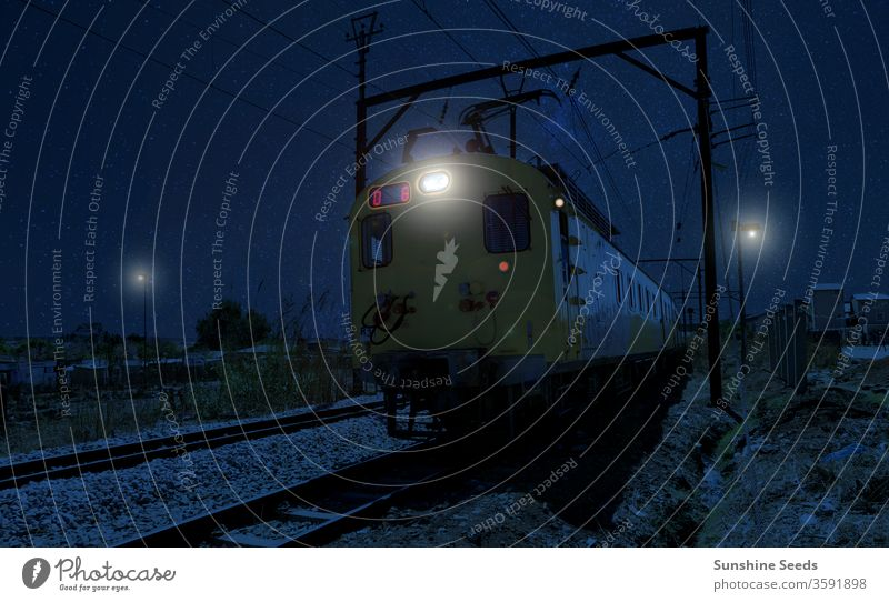 Pendlerzug fährt nachts durch das Herz des Townships Soweto Zug dunkel Abend Nacht Afrika Wagen Großstadt Arbeitsweg Elektrizität Motor Johannesburg Reise Linie