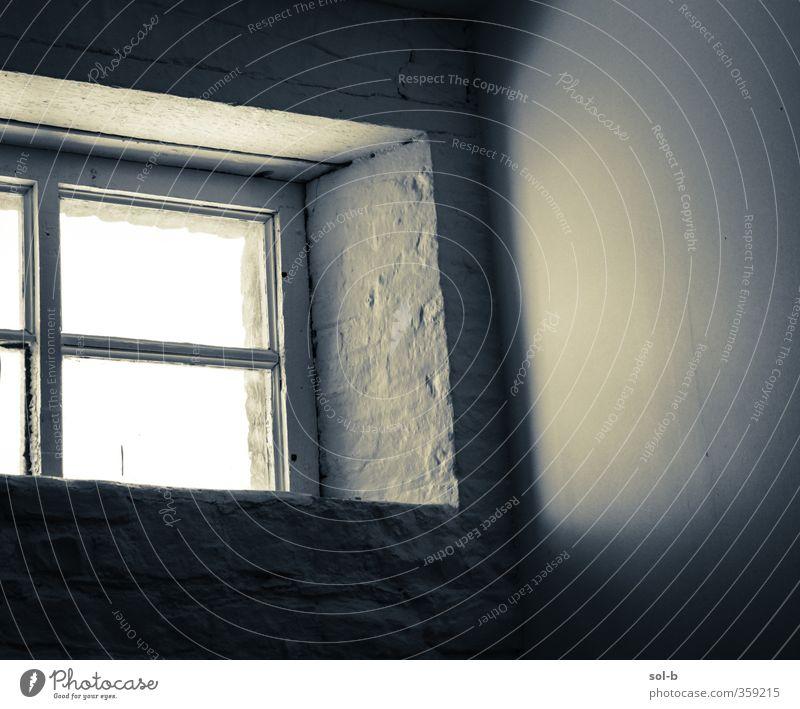 Studio Häusliches Leben Innenarchitektur Raum Architektur Mauer Wand Fenster alt Armut grau schwarz weiß Hoffnung Traurigkeit Einsamkeit Fensterrahmen