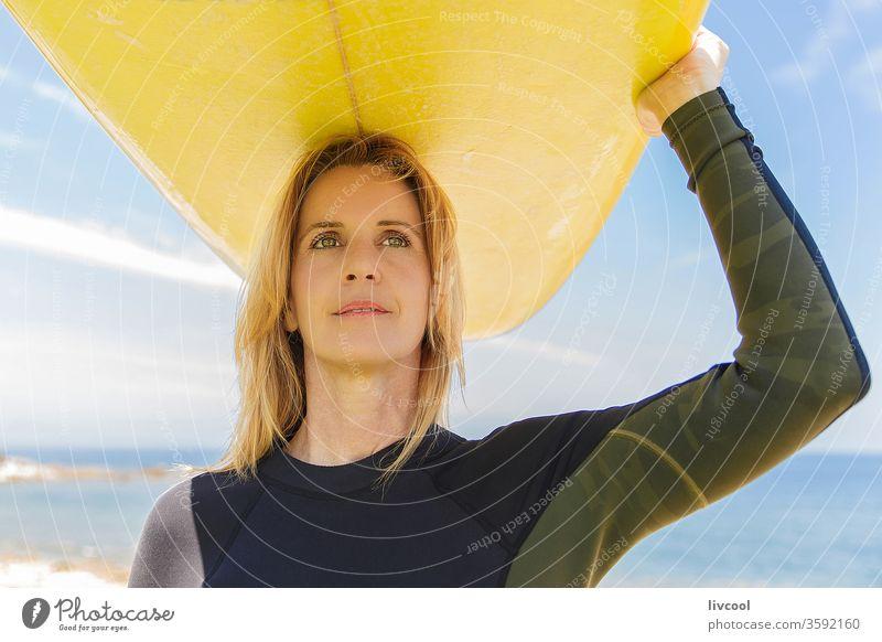 surf-frau mit gelbem brett auf dem arm an der französischen küste Surfer Frau blond Lifestyle Menschen eine Person menschlich Leben Sport Erwachsener Porträt