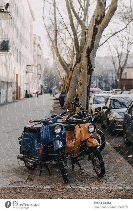 Retro Roller am Straßenrand Vespa Fotos Motorroller Fotos Orange Fotos Mint Fotos Außenaufnahmen Straße Im Freien Fotos Stadt Bilder Straßenbilder