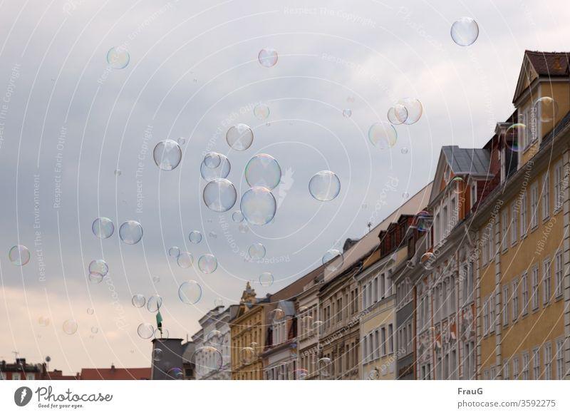aufgeblasen| Seifenblasen Stadt Stadtzentrum Altstadt Gebäude Häuserzeile Fassade historisch Architektur Himmel viele schweben bunt schillernd groß und klein