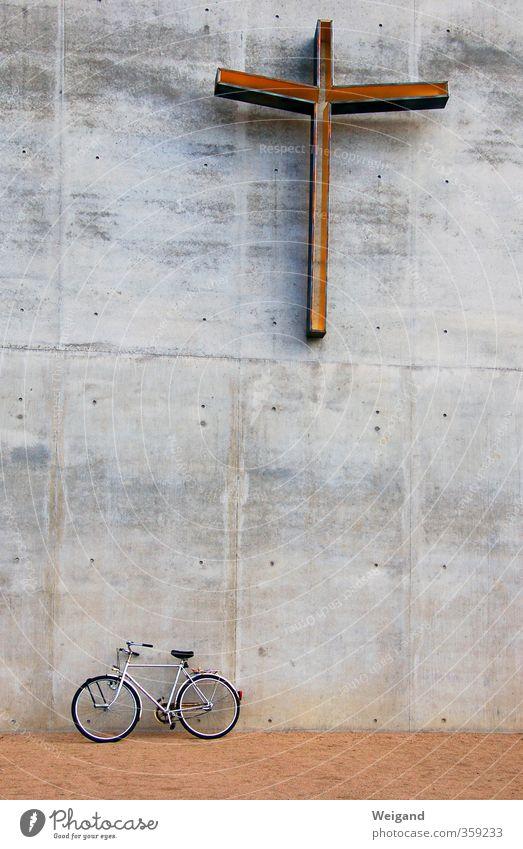 Großer Bruder Kirche Mauer Wand Verkehrsmittel Fahrradfahren grau Abenteuer Gelassenheit Christliches Kreuz Religion & Glaube Christentum