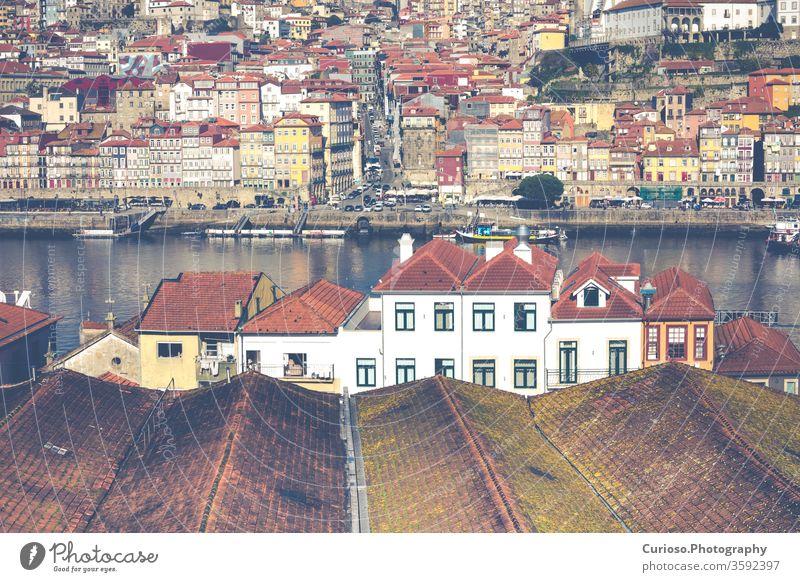 Douro-Fluss und Ribeira von Dächern in Vila Nova de Gaia, Porto, Portugal. Ansicht Großstadt alt Stadt Architektur Brücke reisen historisch Portugiesisch Europa