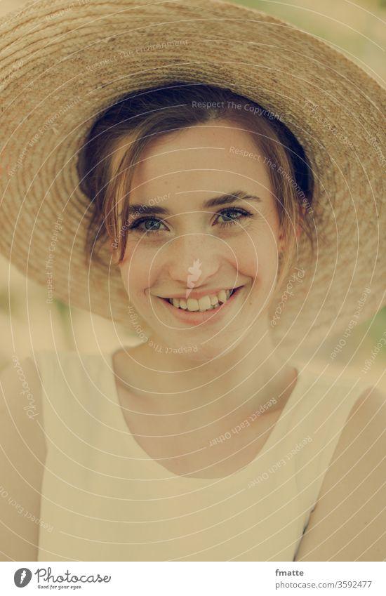 fröhliche junge Frau lachen Fröhlichkeit froh Freundlichkeit Freundlichkeitskonzept sommer strohhut Sommerurlaub Porträt Lächeln Glück Außenaufnahme Freude