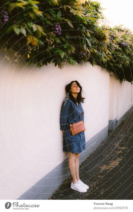Verträumter Blick Gebäude Blick in die Kamera Herbst brünett Glamour Bekleidung Ausdruck modisch Jugendliche Dame hübsch Porträt Großstadt Lifestyle attraktiv