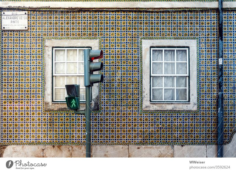 Grüne Ampel vor Fassade in Lissabon Ampelmännchen Portugal Kacheln bunt Haus Fenster Fliesen u. Kacheln mehrfarbig Ferien & Urlaub & Reisen Design alt Wand
