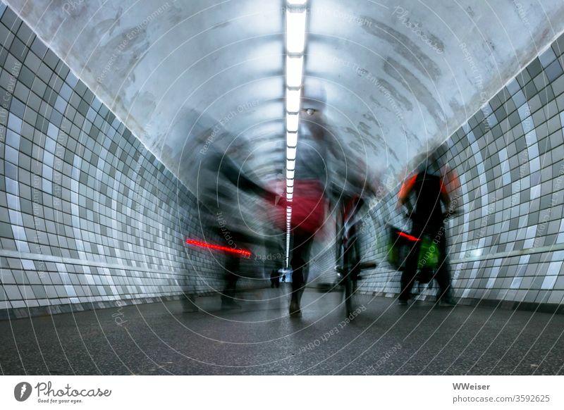 Langzeitbelichtung, Radfahrer im Fußgängertunnel Tunnel Röhre absteigen schieben Rücklicht Beleuchtung Kacheln Verkehr Bewegung schemenhaft Unschärfe Fahrrad