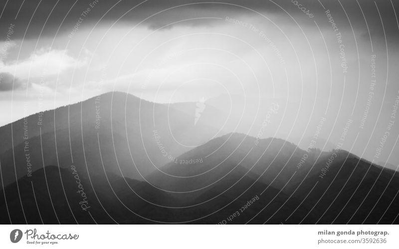 Sturm über den Bergen der Region Turiec, Slowakei. Slowakische Republik Landschaft Regen Unwetter Mala Fatra Karpaten Natur Wald schwarz auf weiß Nationalpark
