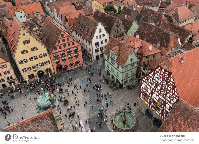Blick auf den Platz von Rothenburg, Deutschland, während eines örtlichen Mittelalterfestes Antenne Architektur Gebäude Großstadt Stadtbild Stadtquadrat Farben
