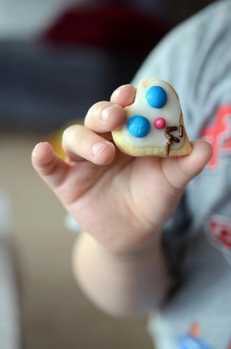 Käks Mensch Kind Hand Essen Lebensmittel Kindheit Ernährung Kochen & Garen & Backen festhalten lecker Süßwaren Kleinkind herzförmig