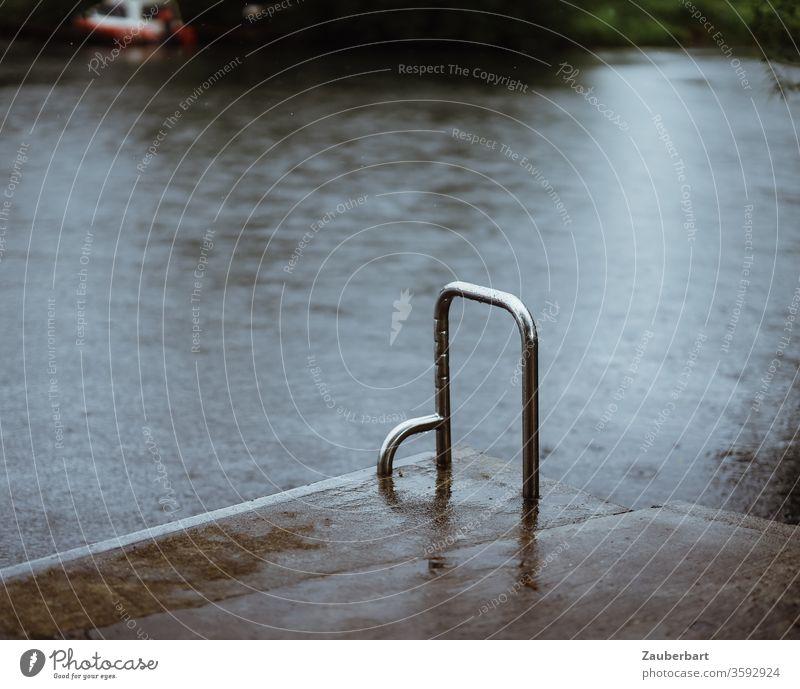 Badestelle mit Haltegriff am Ufer im Regen Baden Haltebügel Chrom Steg Fluss Flussufer Seeufer glänzend Einstieg nass rutschig Sommerregen Gegensätze