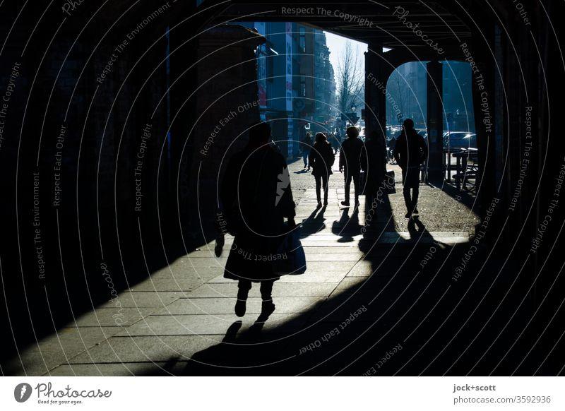 Winterharte Gestalten kommen bei sonnigen Wetter gut durch den Tag Kreuzberg Inspiration Silhouette Schatten Schattenspiel Dimension gehen Wege & Pfade