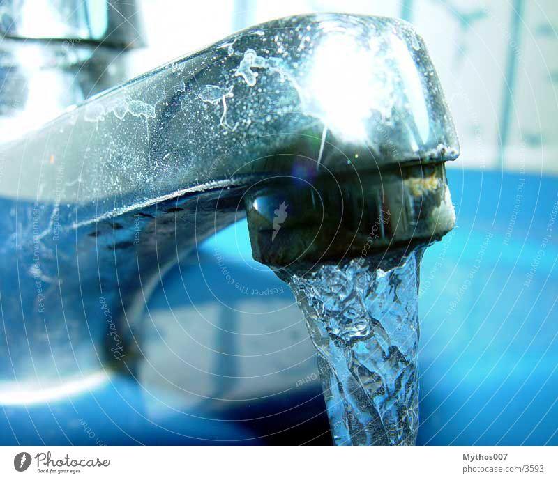 ::: Watershot ::: Wasserhahn fließen kalt Kalk blau crome