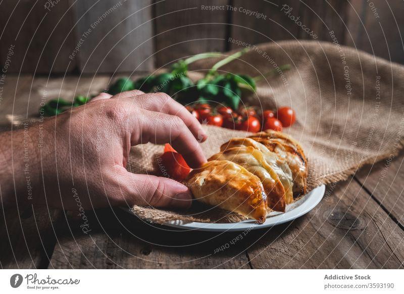 Köstliche Wendepasteten mit Tomaten und Kräutern Gebäck Pasteten Umsatz selbstgemacht Lebensmittel gebacken besetzen Spinat Tradition Spanisch appetitlich