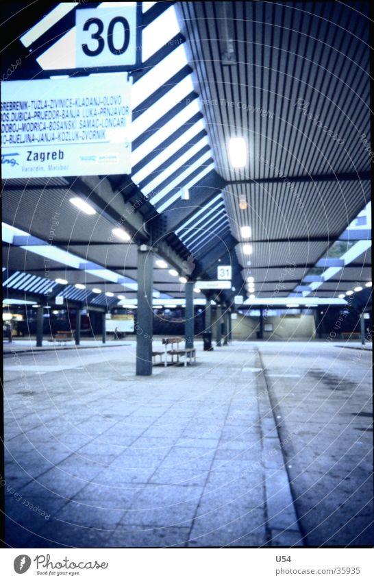 Ausweg.. Straße Berlin Verkehr Hoffnung Mobilität Flucht Station Ankunft Haltestelle Autobahn Busbahnhof