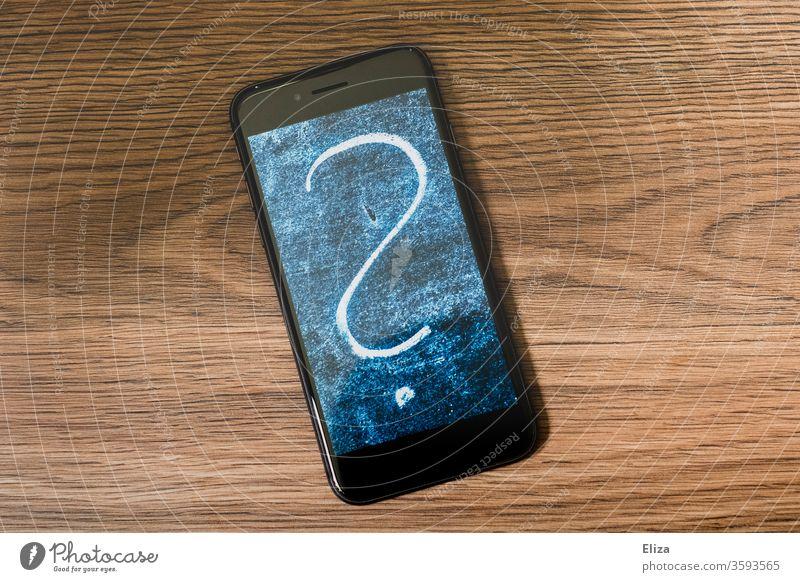 Ein großes Fragezeichen auf dem Bildschirm eines Smartphones. Online Kommunikation. Display Foto Polaroid Symbol chatten komunizieren Internet